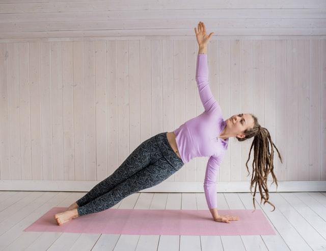 Фигуристка практикует боковую планку для укрепления тела. Лучшие позы в йоге для улучшения навыков катания на льду