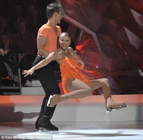 """Хезермилы катаются на льду в оранжевых костюмах в программе """"Танцы на льду"""""""